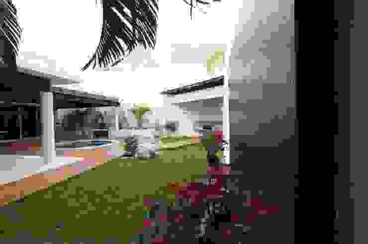 モダンな庭 の AIDA TRACONIS ARQUITECTOS EN MERIDA YUCATAN MEXICO モダン