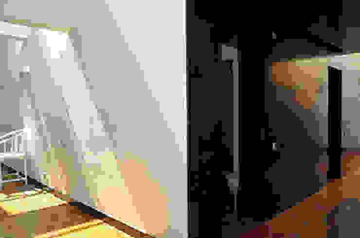 house in Vilamoura golf Corredores, halls e escadas modernos por Matos Architects Moderno Madeira maciça Multicolor