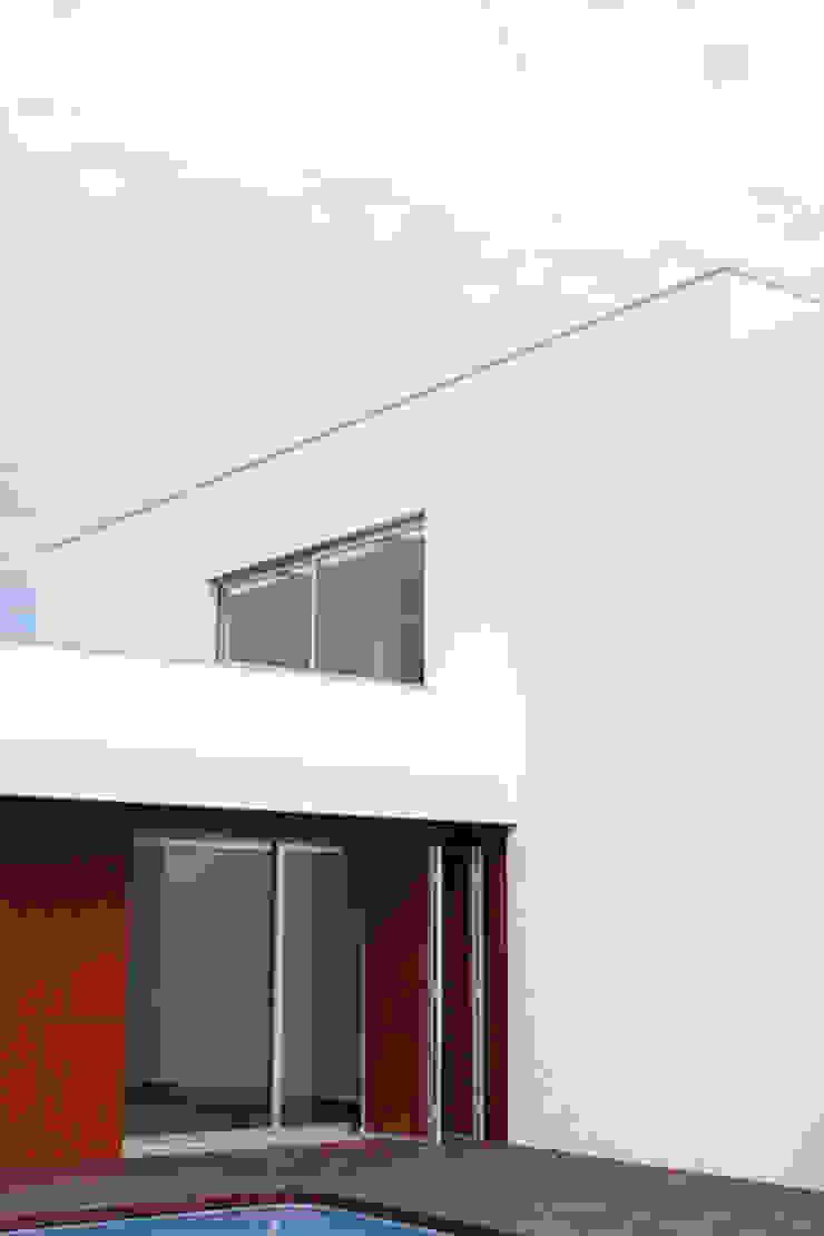 house in Vilamoura golf Casas modernas por Matos Architects Moderno Compósito de madeira e plástico