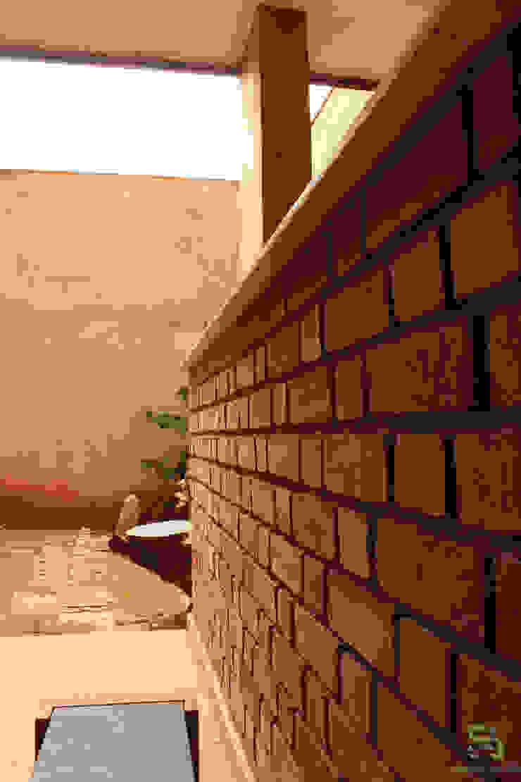 RESIDENCE FOR DAWN Rustic style balcony, veranda & terrace by de square Rustic