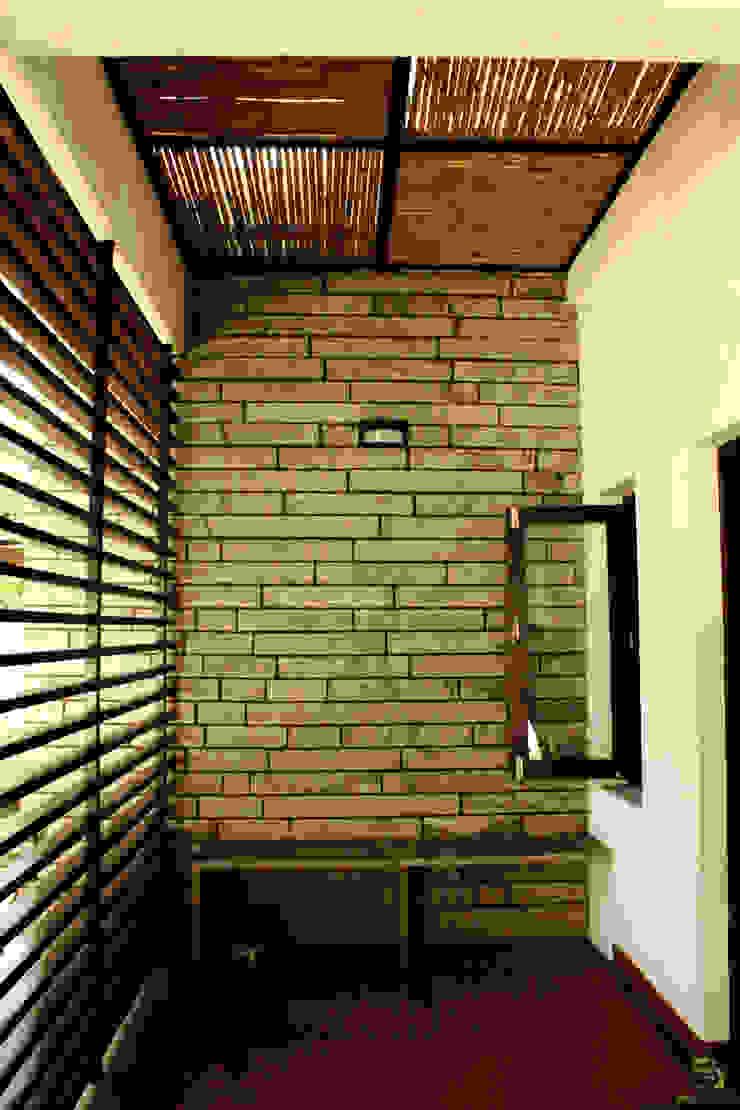 RESIDENCE FOR TALWAR Rustic style balcony, veranda & terrace by de square Rustic