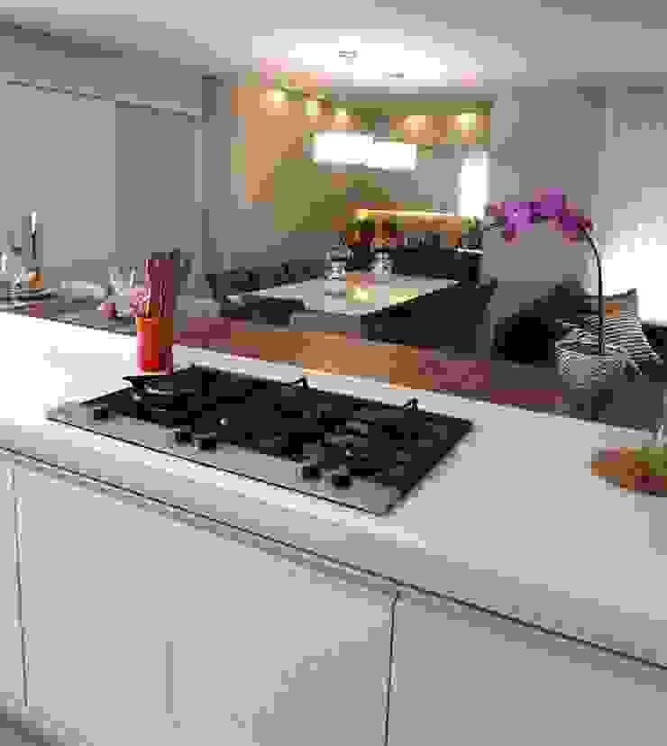 Marina Turnes Arquitetura & Interiores Modern kitchen Beige