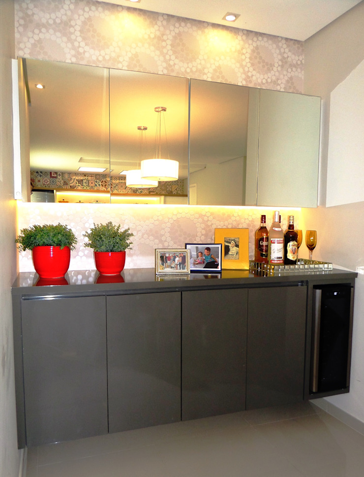 Marina Turnes Arquitetura & Interiores Modern dining room Beige
