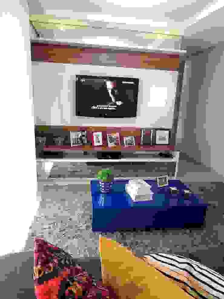 Marina Turnes Arquitetura & Interiores Modern living room Beige