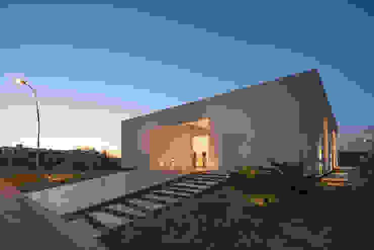 Minimalistische huizen van VISMARACORSI ARQUITECTOS Minimalistisch