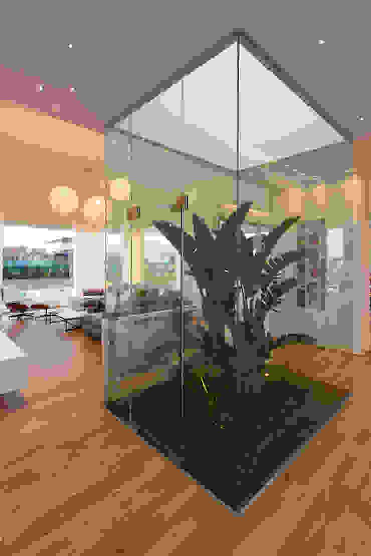 PATIO INTERNO Salas de estilo minimalista de VISMARACORSI ARQUITECTOS Minimalista
