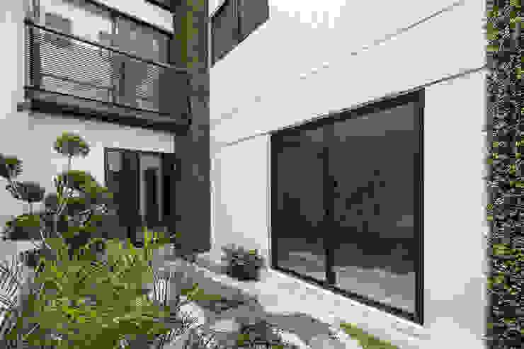 Modern style gardens by PHia Modern