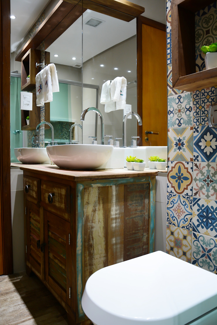 Camila Chalon Arquitetura Rustic style bathrooms Wood effect