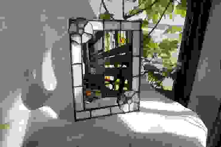 小花のスタンドミラー: タラ工房が手掛けたクラシックです。,クラシック ガラス