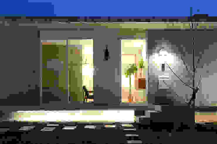 3×3×21 モダンな 家 の 風景のある家.LLC モダン コンクリート