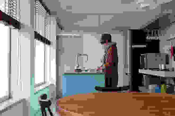 3×3×21 モダンな キッチン の 風景のある家.LLC モダン コンクリート