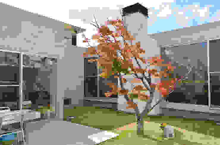 麦畑に囲まれた家 モダンな 家 の 風景のある家.LLC モダン コンクリート