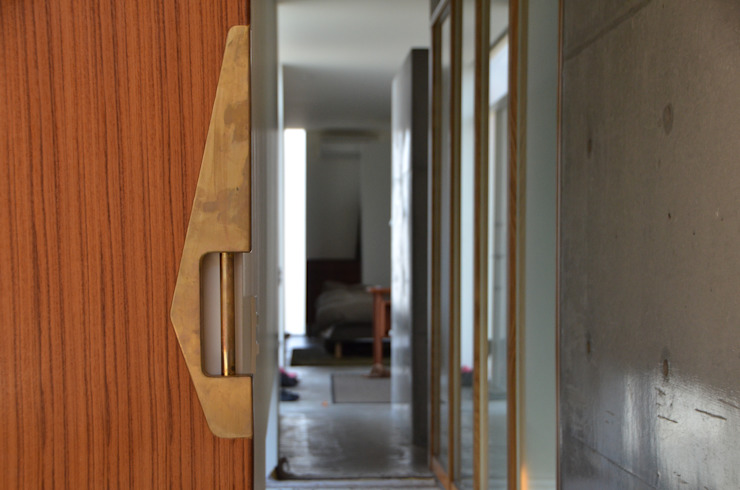 麦畑に囲まれた家 モダンスタイルの 玄関&廊下&階段 の 風景のある家.LLC モダン コンクリート