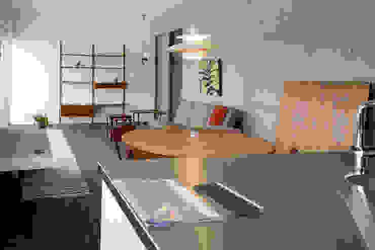 笑顔とsky-line インダストリアルデザインの キッチン の 風景のある家.LLC インダストリアル コンクリート