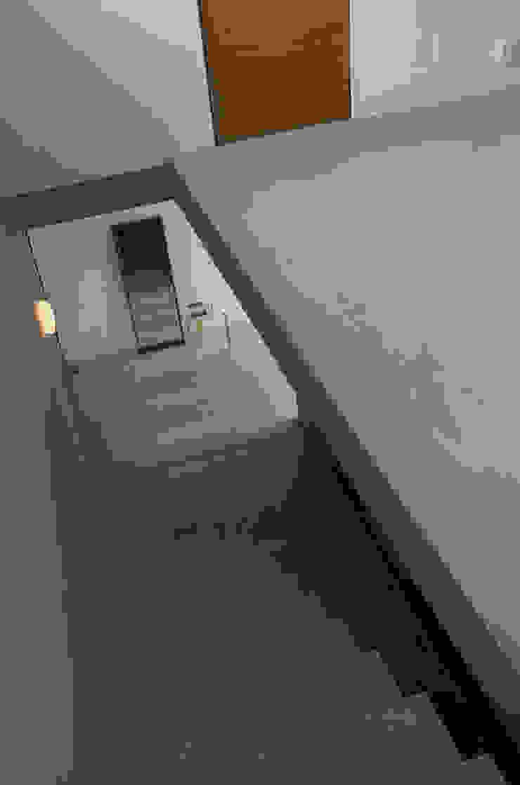 industrial style corridor, hallway & stairs by 風景のある家.LLC Industrial Concrete