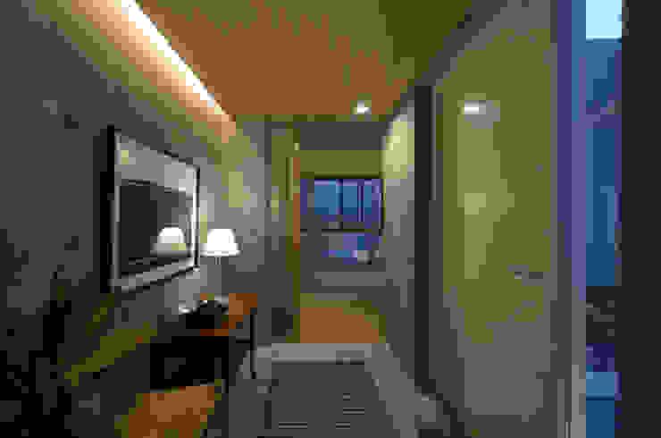杏子とハナミズキ モダンスタイルの 玄関&廊下&階段 の 風景のある家.LLC モダン コンクリート