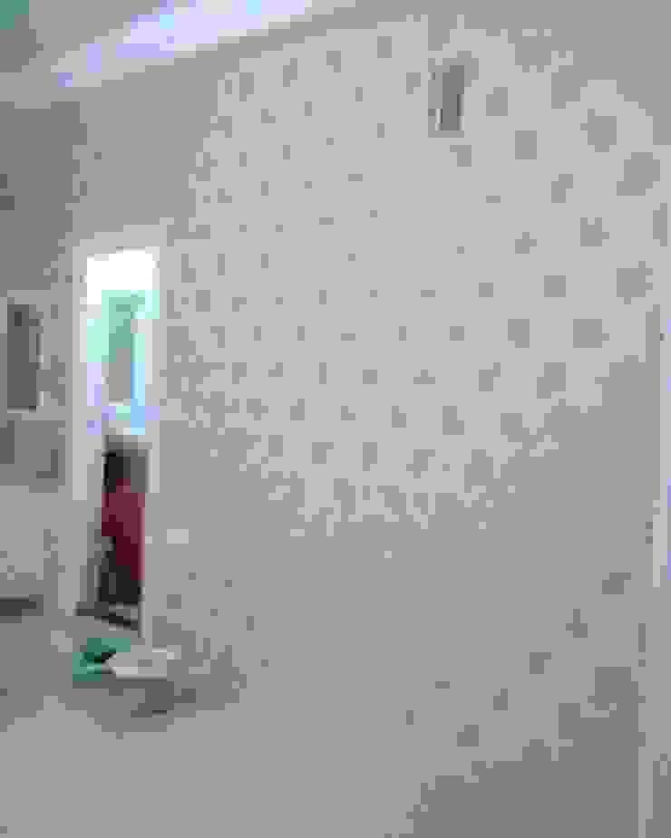 Wallpaper in Bedroom: modern  by Eight Streaks Interiors,Modern
