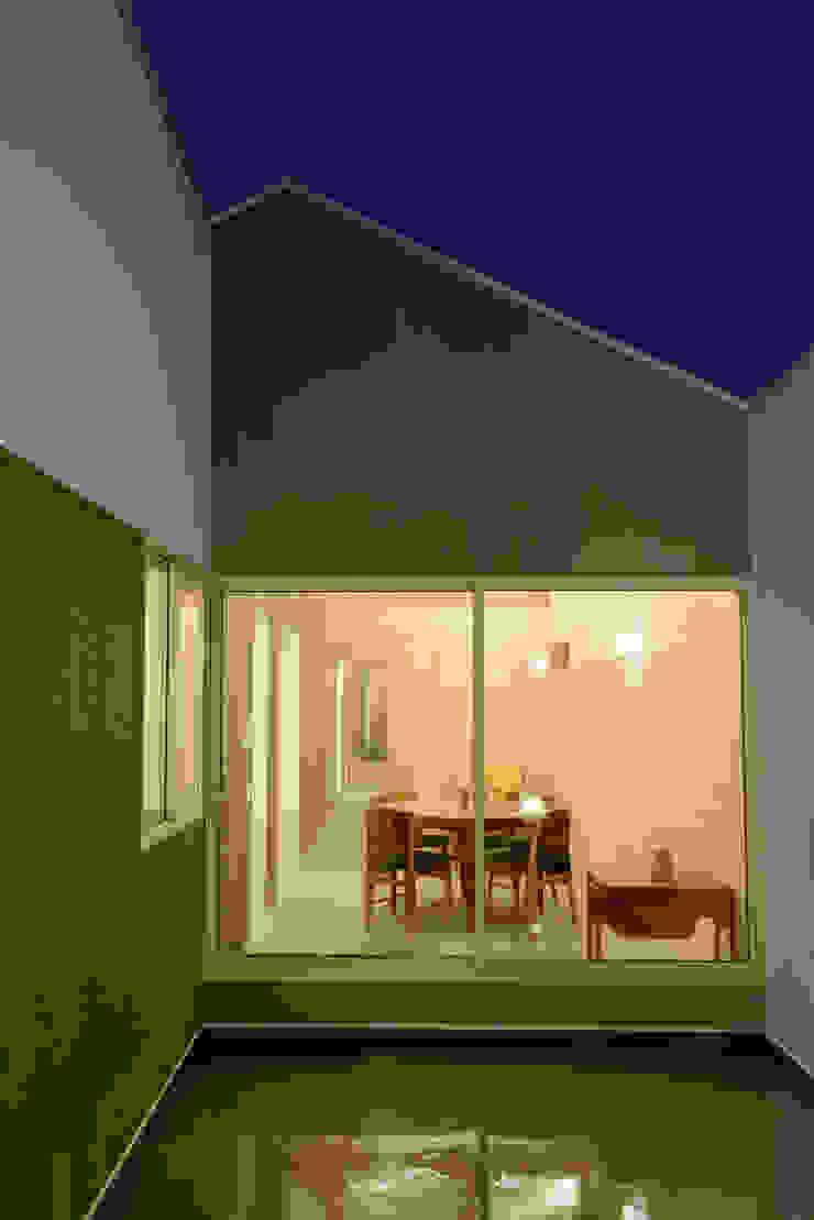 風景のある家.LLC Casas modernas: Ideas, imágenes y decoración Hierro/Acero Gris