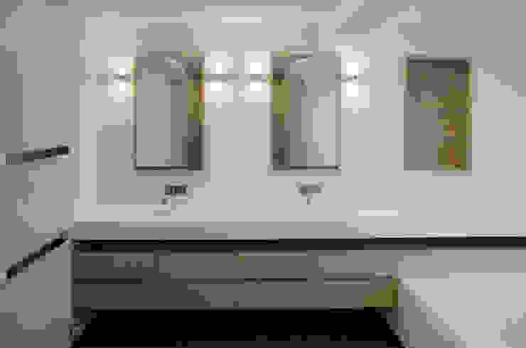 Waschtisch aus Corian und Eiche stilfabrik GmbH Moderne Badezimmer Holzwerkstoff Weiß