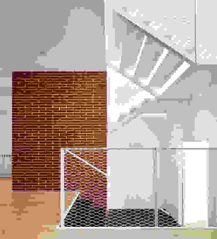 Minimalist corridor, hallway & stairs by Vallribera Arquitectes Minimalist