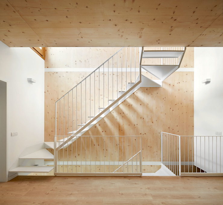 59RUT New house between dividing walls in the centre of Terrassa Vallribera Arquitectes Minimalist corridor, hallway & stairs