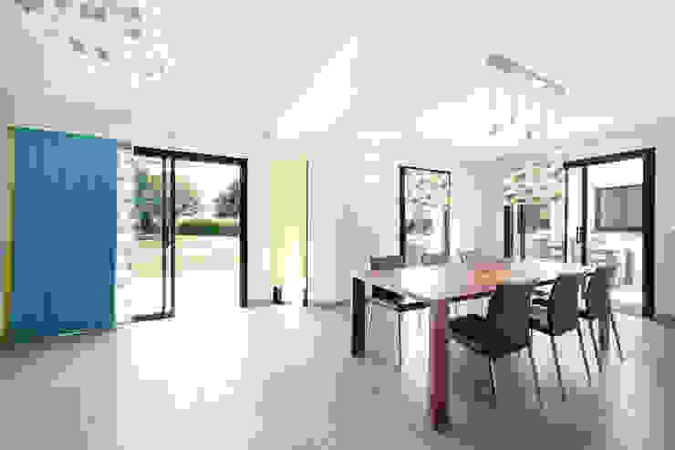 Столовая комната в стиле модерн от O2 Concept Architecture Модерн Песчаник