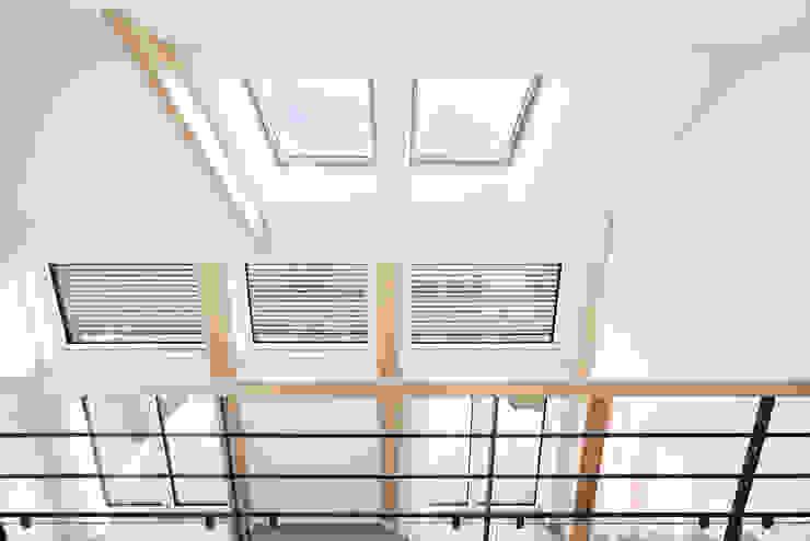 Ingresso, Corridoio & Scale in stile moderno di O2 Concept Architecture Moderno Legno Effetto legno
