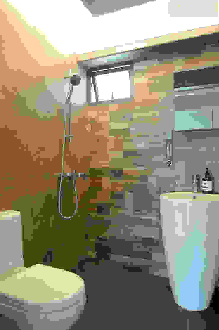 Salle de bain moderne par Designer House Moderne