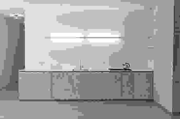 DER RAUM Modern kitchen Wood