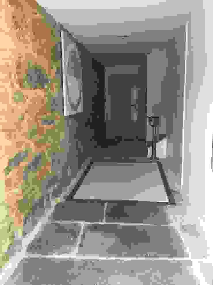Rehabilitación de vivienda Unifamiliar. Paredes y suelos de estilo moderno de HUGA ARQUITECTOS Moderno Piedra