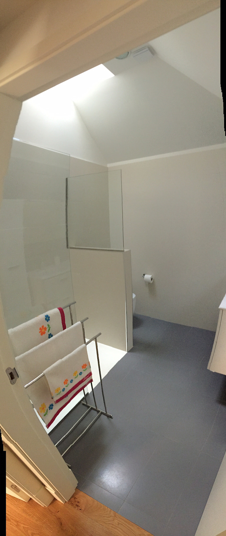Rehabilitación de vivienda Unifamiliar. Baños de estilo moderno de HUGA ARQUITECTOS Moderno Cerámico