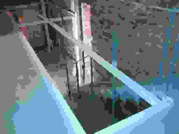 HUGA ARQUITECTOS Pasillos, vestíbulos y escaleras de estilo moderno Hierro/Acero Blanco