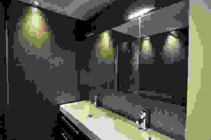 Ruimte in kleine badkamer in Amsterdam van AGZ badkamers en sanitair Koloniaal Hout Hout