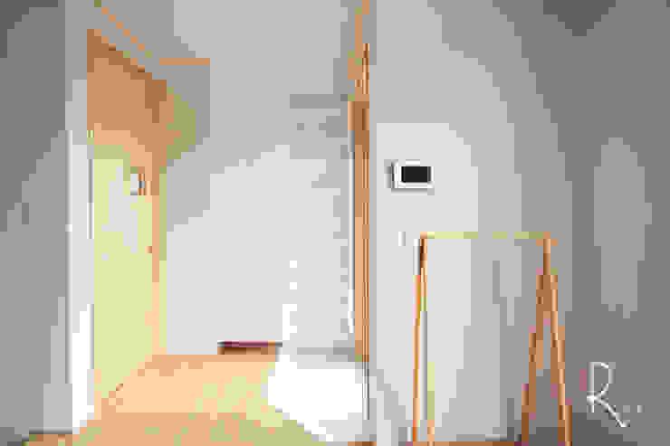 Corridor & hallway by 로하디자인, Minimalist