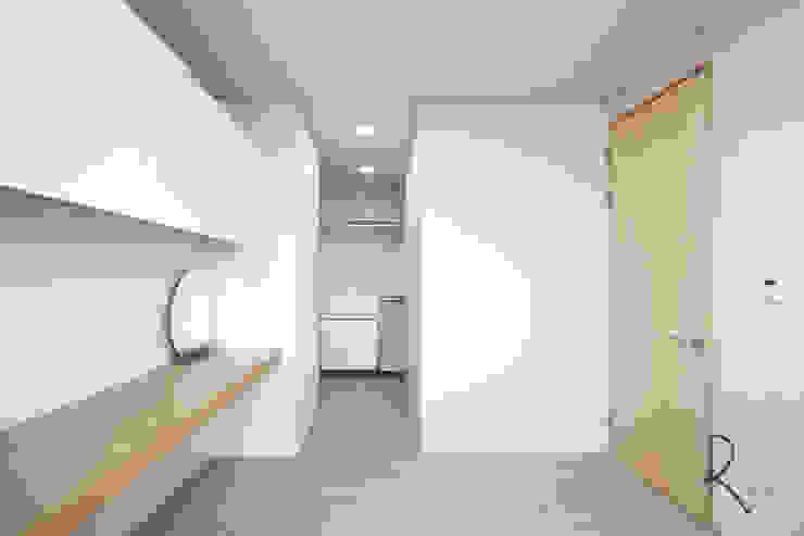 Minimalistyczna sypialnia od 로하디자인 Minimalistyczny