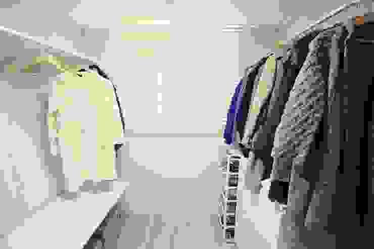 22평 복도식 모던 홈스타일링: homelatte의  드레스 룸,모던