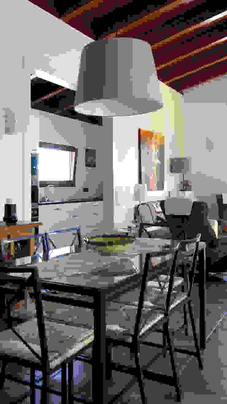 Salas de jantar mediterrânicas por RIBA MASSANELL S.L. Mediterrânico Madeira Acabamento em madeira