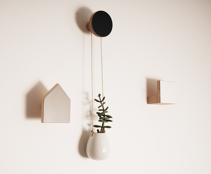 WOODEN WALL HOOKS, SQUARE DESIGN, PLAIN COLOURS: scandinavian  by chocolate creative, Scandinavian Wood Wood effect