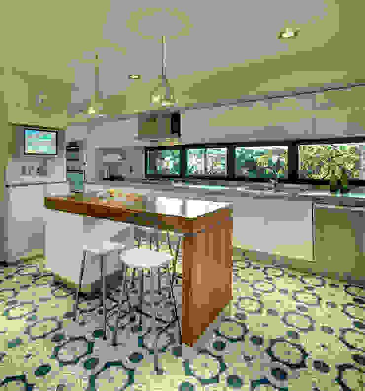 Modern style kitchen by RIMA Arquitectura Modern Concrete