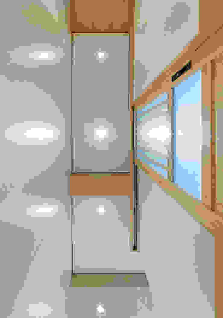 corridor ceiling Minimalist corridor, hallway & stairs by arctitudesign Minimalist