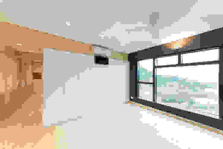 living area Minimalist living room by arctitudesign Minimalist