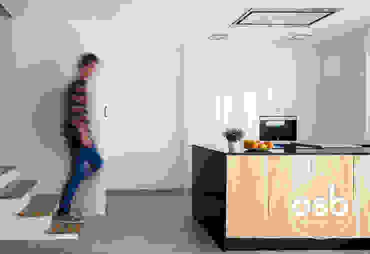 Cozinhas modernas por osb arquitectos Moderno Granito