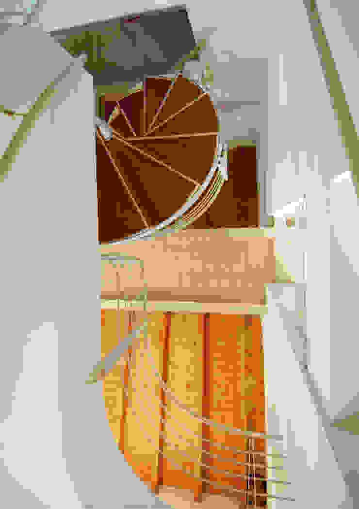La scala a chiocciola di MARTINI RUGGERI & PARTNERS Moderno