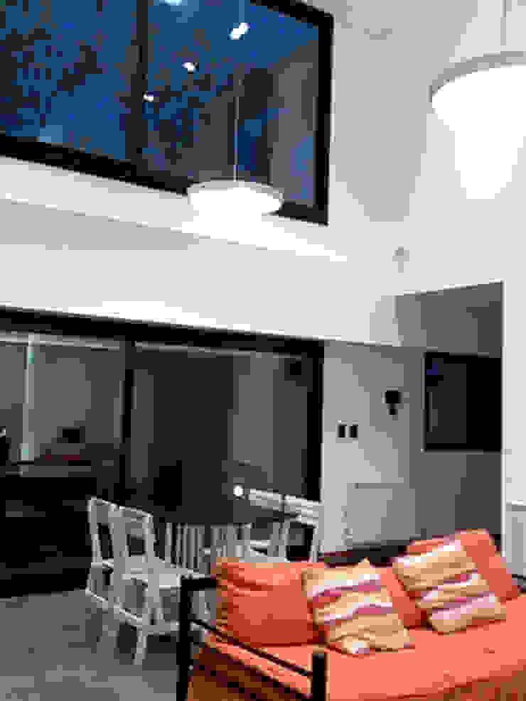 Salones de estilo minimalista de Emiliana Iglesias Arquitecta Minimalista