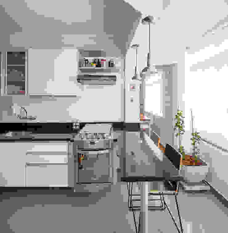 Modern kitchen by Alvorada Arquitetos Modern