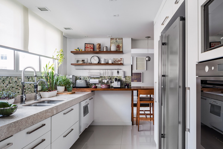 Kitchen by Alvorada Arquitetos,