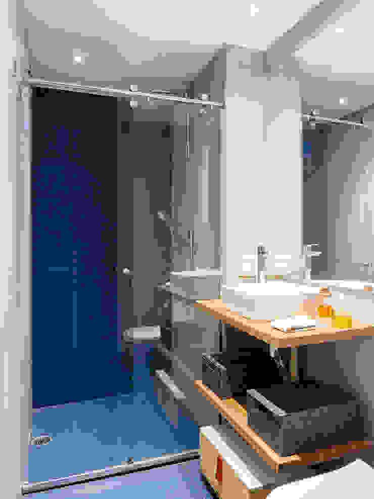 Alvorada Arquitetos Modern style bathrooms