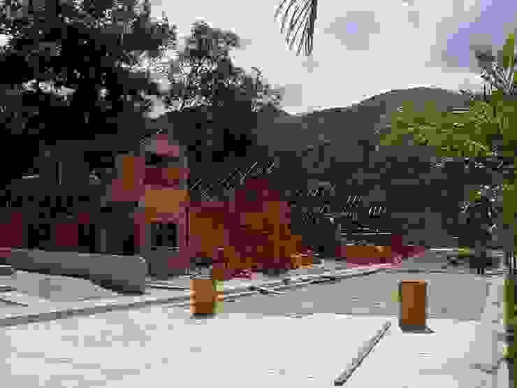 Construcción de vivienda unifamiliar Casas de estilo tropical de INVERSIONES NACSE S.A.S. Tropical Hierro/Acero