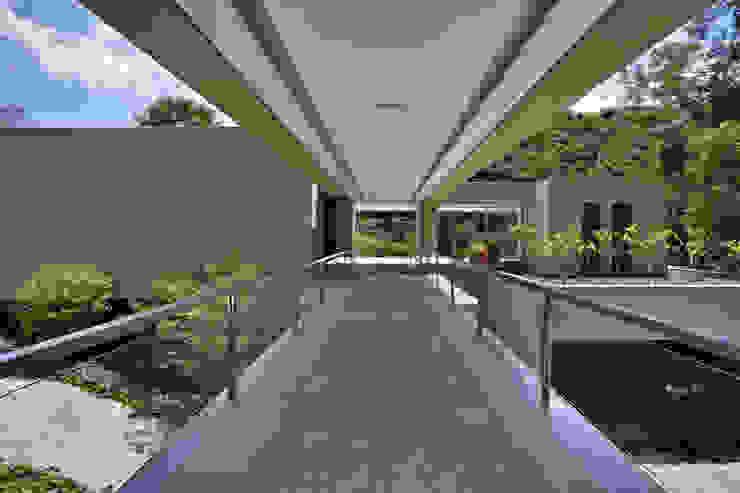 Casa Bosque da Ribeira 모던스타일 복도, 현관 & 계단 by Lanza Arquitetos 모던