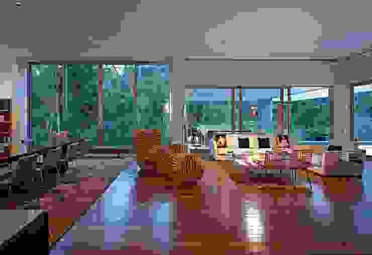 Casa Bosque da Ribeira Moderne Wohnzimmer von Lanza Arquitetos Modern
